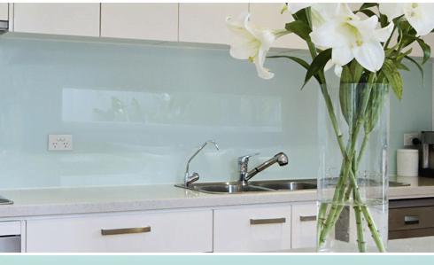 une cr dence en verre laqu sur mesure. Black Bedroom Furniture Sets. Home Design Ideas